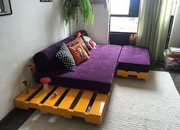 Economize na decoração da sala de estar investindo em um sofá cama de pallet