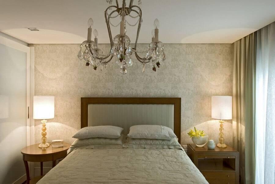 decoração clássica para quarto de casal com lustre de cristal e papel de parede Foto Brunete Fraccaroli