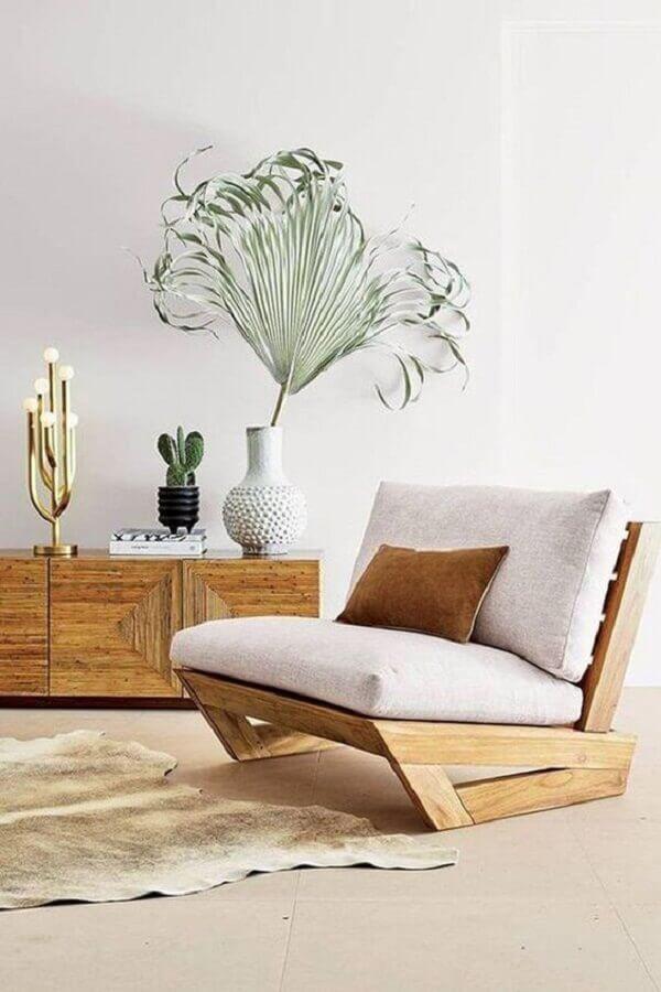 decoração clean para sala com poltrona de madeira moderna  Foto CF Interiors