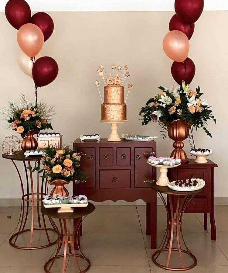 decoration with flower arrangement and balloons for surprise party Foto Pinosy