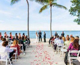 decoração com pétalas de rosas para cerimônia de casamento simples na pria Foto Casa e Jardim Decor