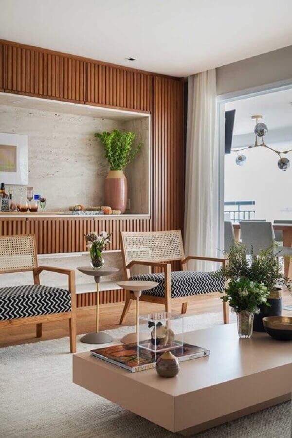 decoração com poltrona de madeira para sala com varanda integrada Foto Casa de Valentina