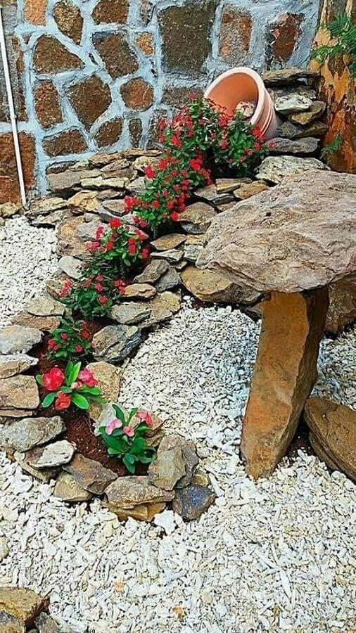 decoração com vaso de flores para jardim residencial com pedras Foto Gardenhouz