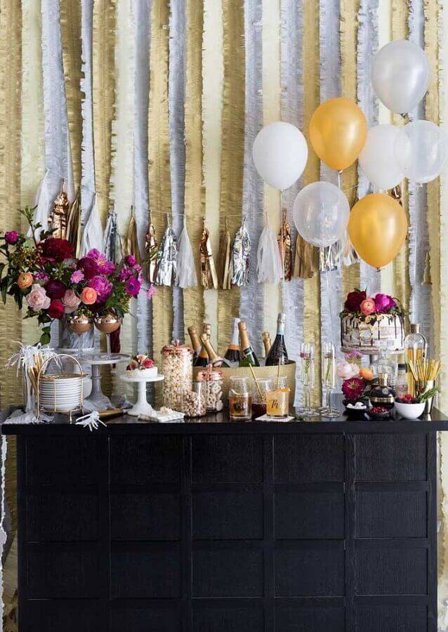 surprise party decoration white and gold with flower arrangement Foto Pinosy