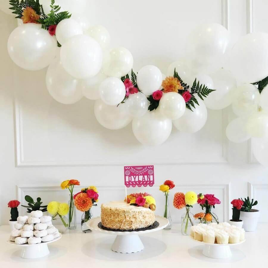 surprise party decoration with white balloons and colorful flowers Foto Dancing Orchid