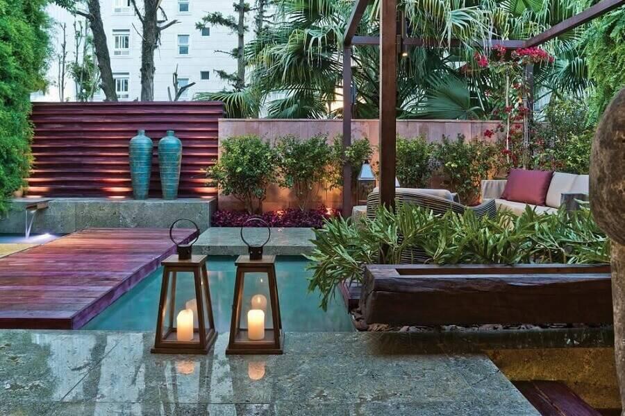 decoração de jardim residencial com lanterna e pequeno lago Foto Artefacto