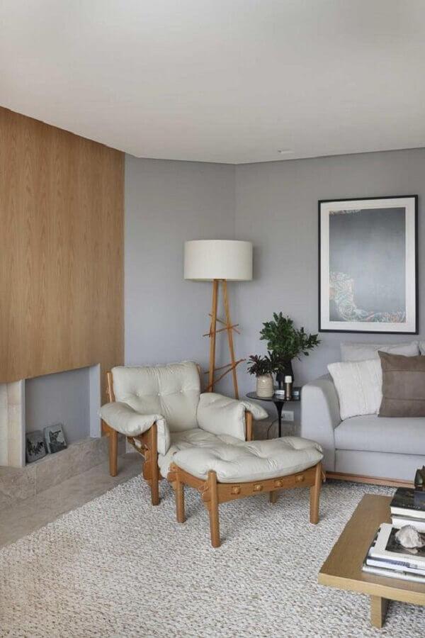 decoração de sala cinza com abajur de chão e poltrona de madeira confortável  Foto Histórias de Casa