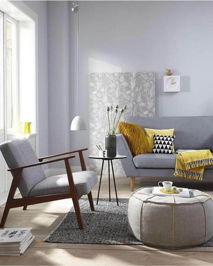 decoração de sala cinza com poltrona com braço de madeira Foto Pinterest