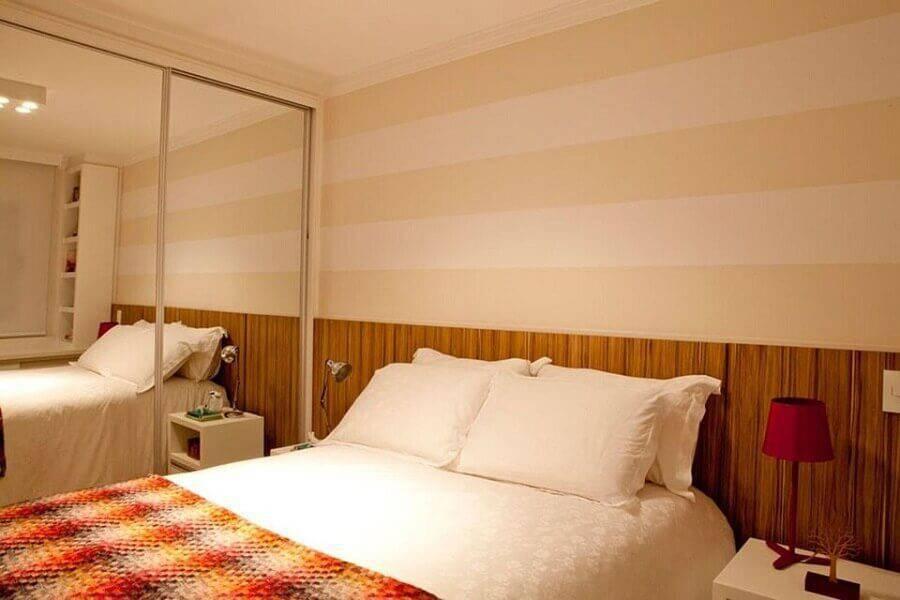 decoração em tons neutros para quarto de casal com papel de parede listrado Foto Gabriela Marques