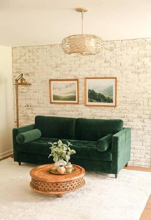 decoração em tons neutros para sala com sofá verde e parede de tijolinho rústica Foto In Honor of Design