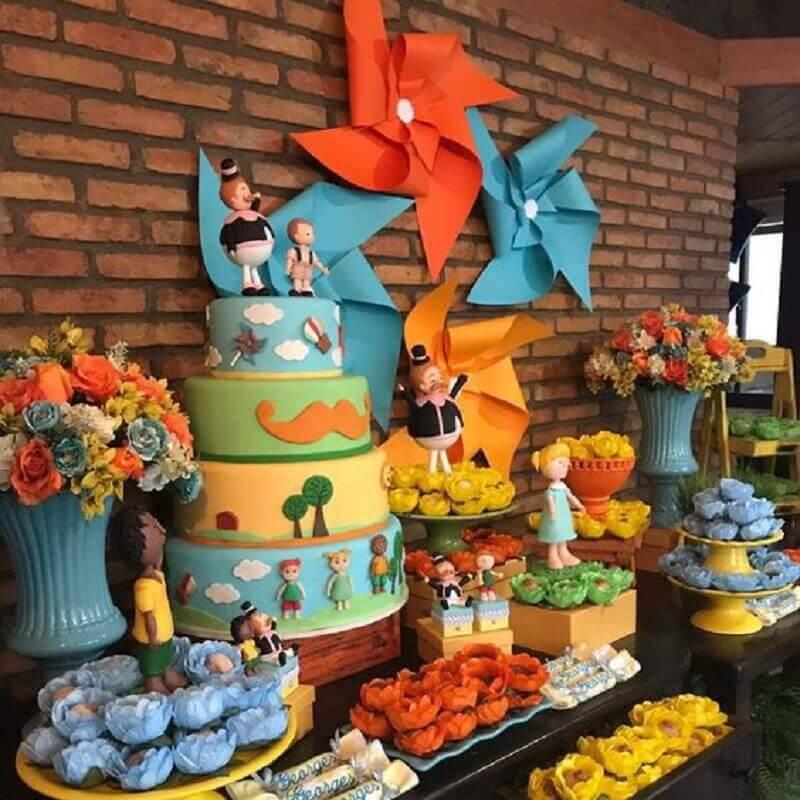 decoração festa mundo bita com arranjo de flores e catavento na parede Foto Amor de Mãe Decor