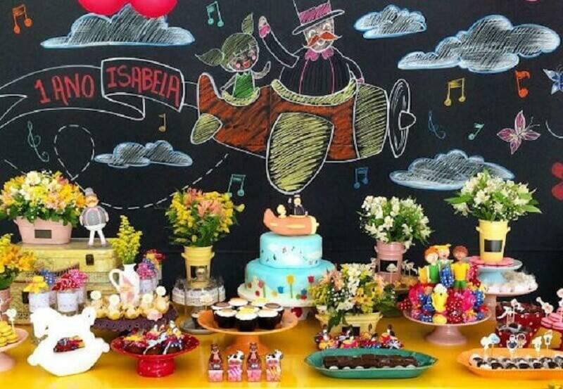 decoração festa mundo bita simples com parede lousa decorada Foto Festas biz