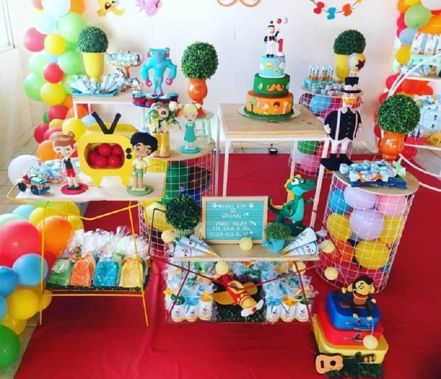 decoração festa mundo bita simples decorada com balões coloridos Foto Amor de Mãe Decor