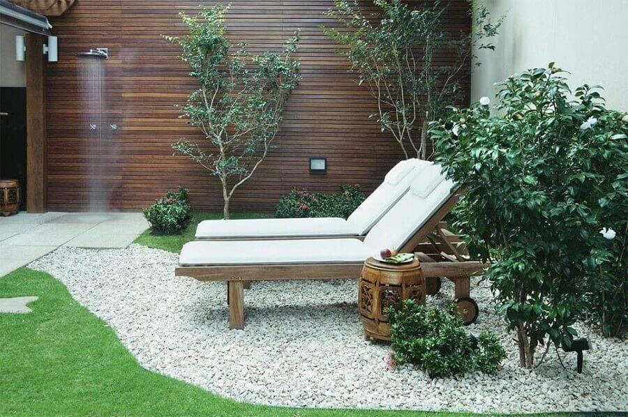 decoração jardim residencial com espreguiçadeira e pedras Foto Jardim Design