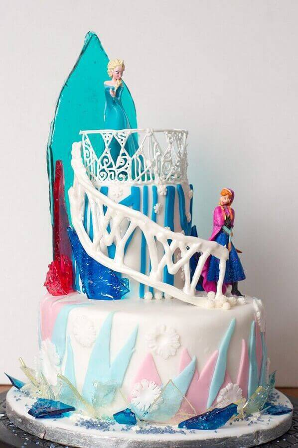 modern frozen cake decoration with princess dolls Foto Assetproject
