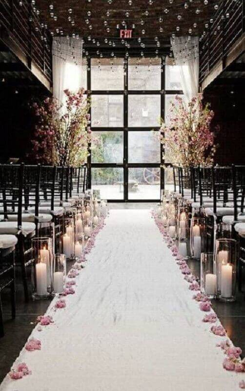 decoration for simple wedding ceremony with candles and flowers Foto New Woman Blog