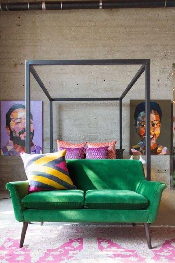 decoração para quarto com sofá verde e parede com acabamento rústico Foto AphroChic