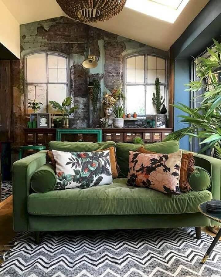 decoração para sala com estilo antigo com sofá verde Foto Jihan Shanum