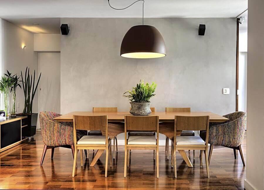 decoração para sala de jantar com parede de cimento queimado e mesa de madeira Foto Studio Scatena Arquitetura