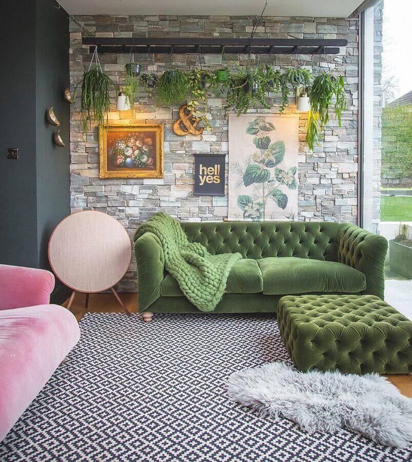 decoração para varanda com puff e sofá verde Foto Katie Woods Interior Lifestyle