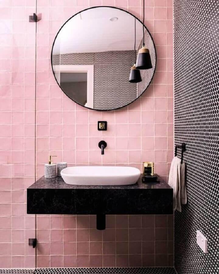 decoração retro para banheiro com azulejo rosa quadrado Foto We Are Stellar Designs