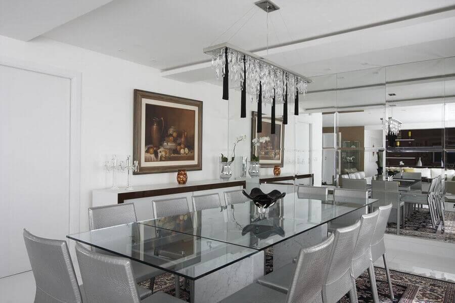 decoração sala de jantar toda branca com parede espelhada e lustre moderno Foto Léo Shehtman