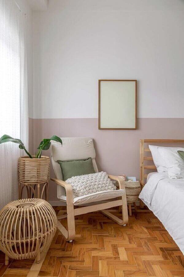 decoração simples com poltrona de madeira para quarto Foto Casa de Valentina