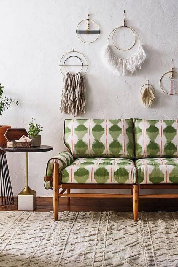 decoração simples para sala com sofá verde estampado Foto Anthropologie
