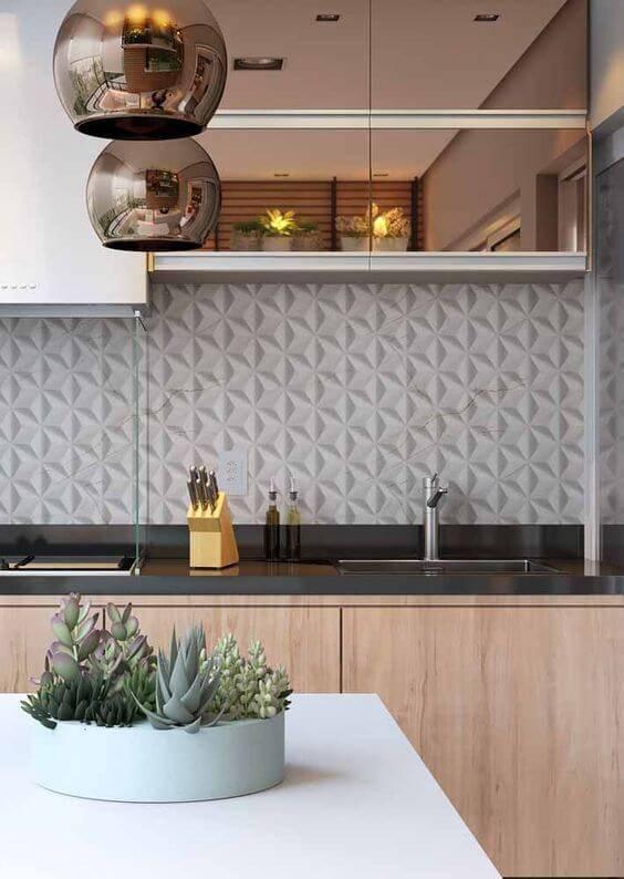 Decoração com armário de cozinha de madeira e pendente