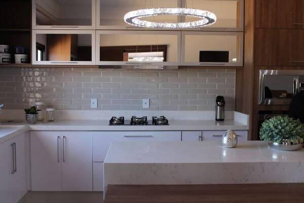 Cozinha moderna com lustre brilhante