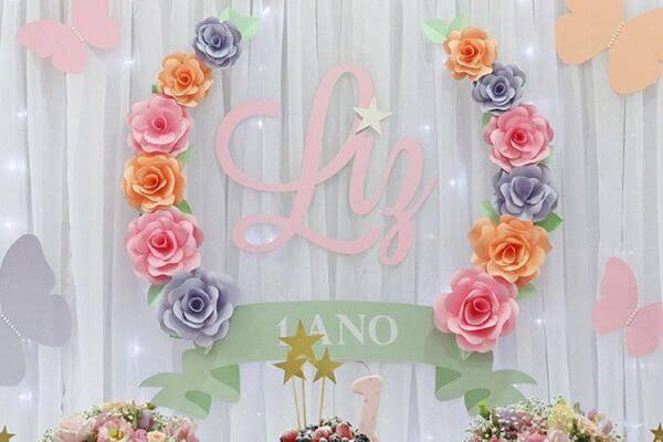 Flores de papel para decoração de festa de 1 anos