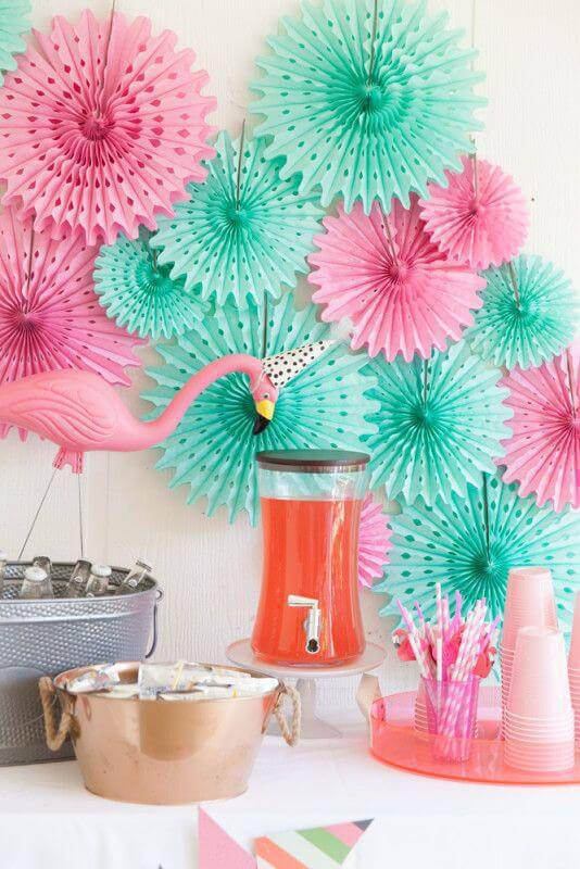 Decoração de festa com flores de papel
