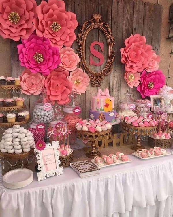 Decoração de festa com flores de papel cor de rosa