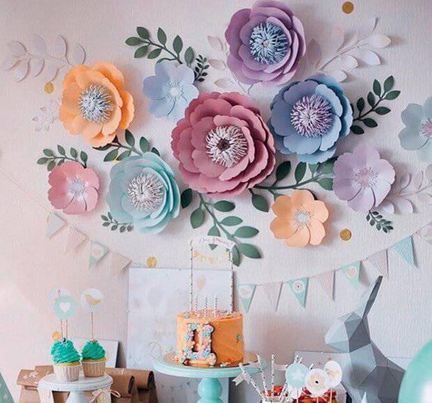 Decoração de festa com flores de papel colorida
