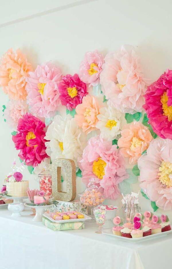 Decoração com flores de papel cor de rosa e salmão