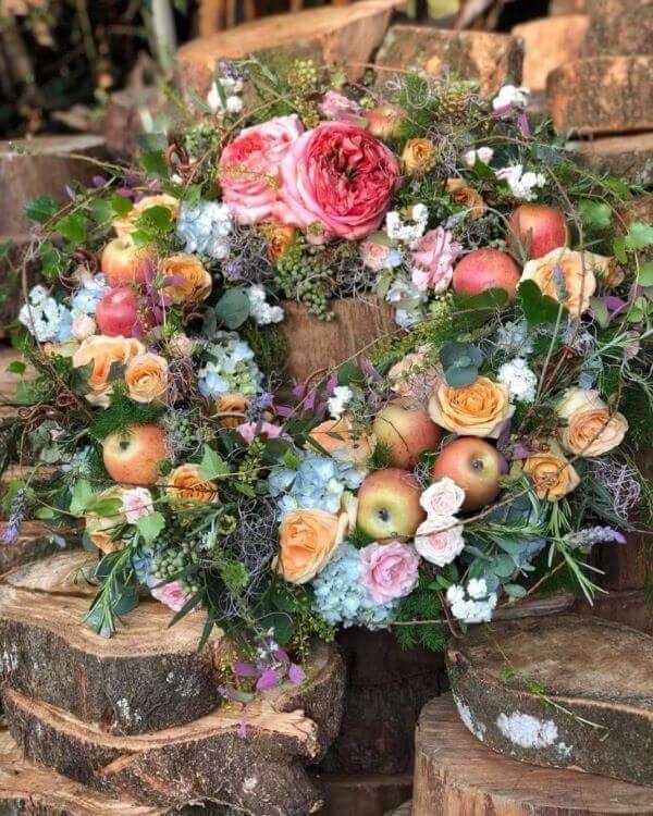 Decoração com flores e frutas