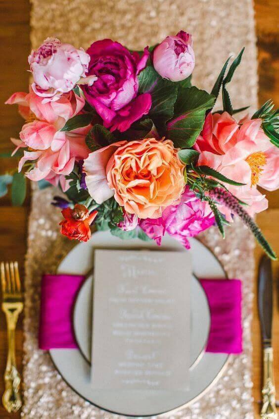 Decoração com flores em tons de rosa e laranja