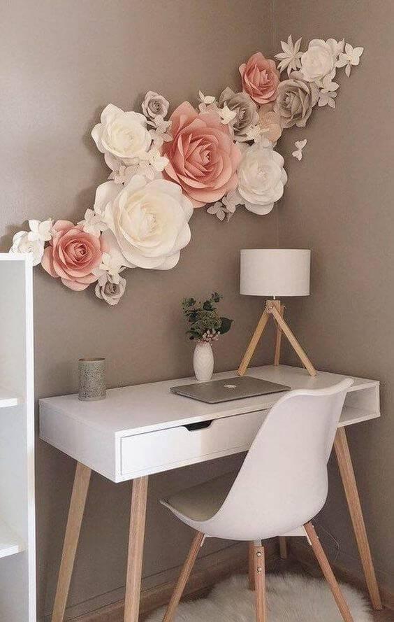 Escrivaninha com flores gigantes na parede