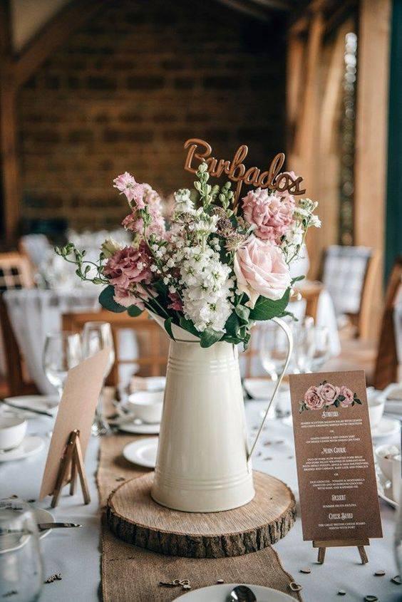 Decoração com flores na mesa dos convidados