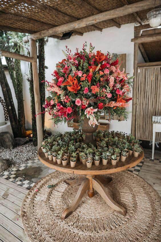 Decoração com flores naturais para festa de casamento