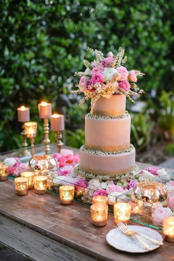 Decoração com flores artificias para enfeitar o bolo de aniversário