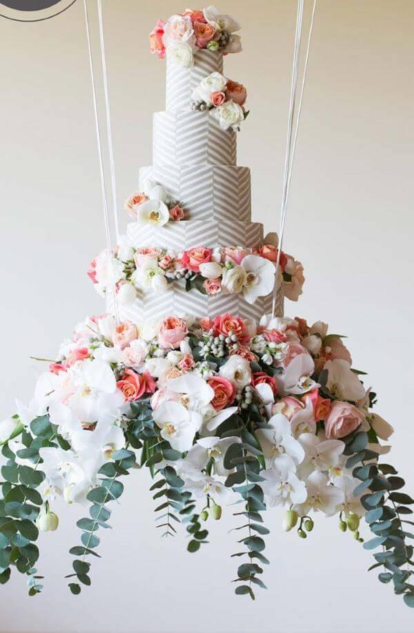 Bolo de casamento decorado com flores