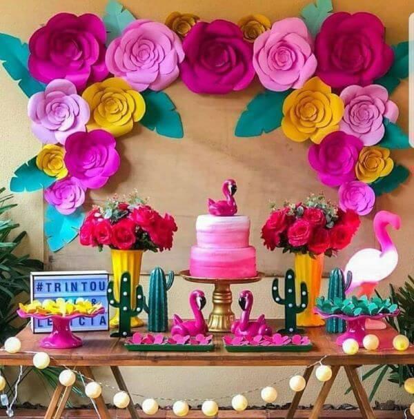 Decoração com flores para aniversário com flores de papel