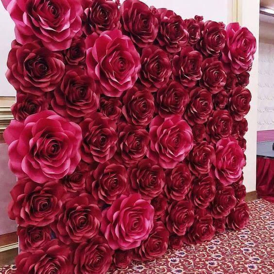 Painel de fotos feito com flores de papel gigantes