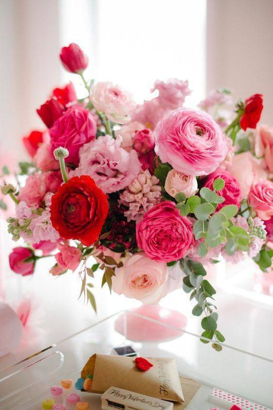 Decoração com flores artificias em rosa e vermelho