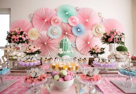 Flores coloridas na decoração da festa de aniversário