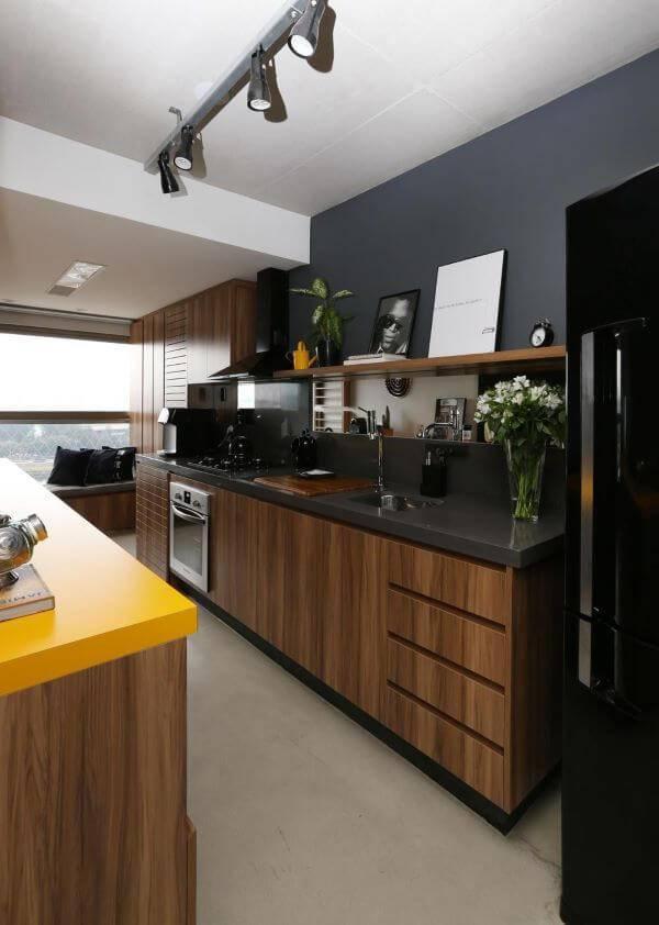 Decoração de cozinha de madeira gourmet com parede cinza
