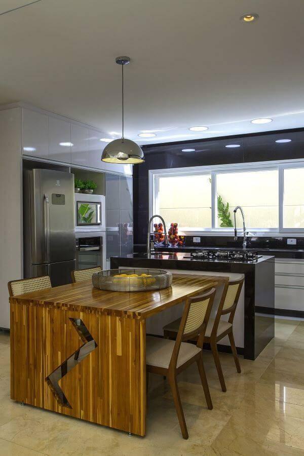 Cozinha gourmet com lustre moderno
