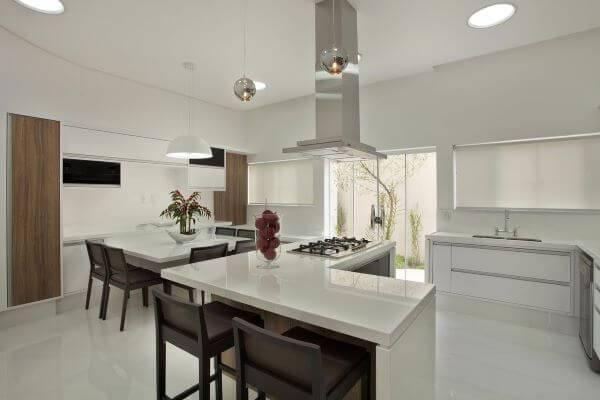 Cozinha planejada com balcão em L