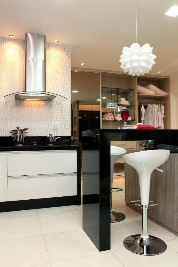 Cozinha planejada com lustre na bancada